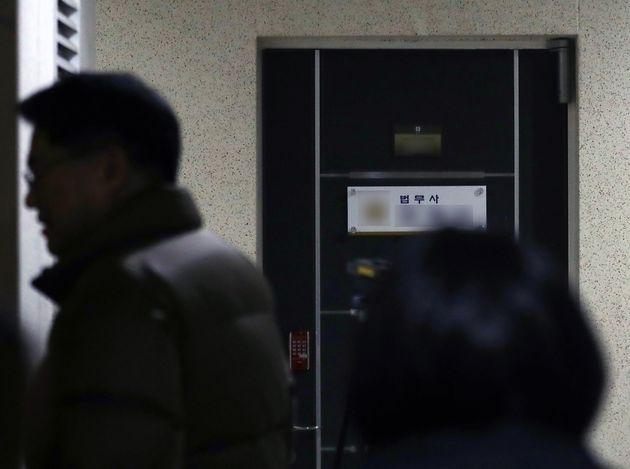 청와대의 김기현 전 울산시장에 대한 '하명수사' 의혹에 연루됐다고 지목된 전 청와대 민정비서관실 특감반원 A씨가 발견된 서울 서초동의 한 오피스텔