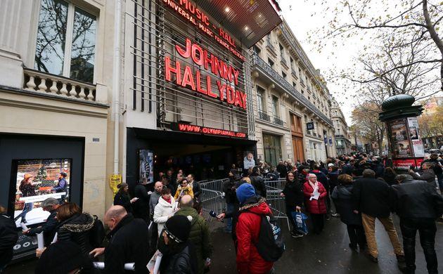 Les fans devant l'Olympia, à Paris, ce 1er décembre, pour un hommage à Johnny