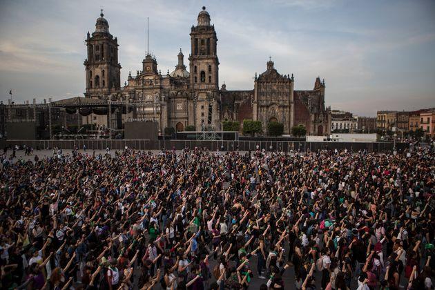 Cientos de mujeres durante la movilización en el Zócalo de la Ciudad de