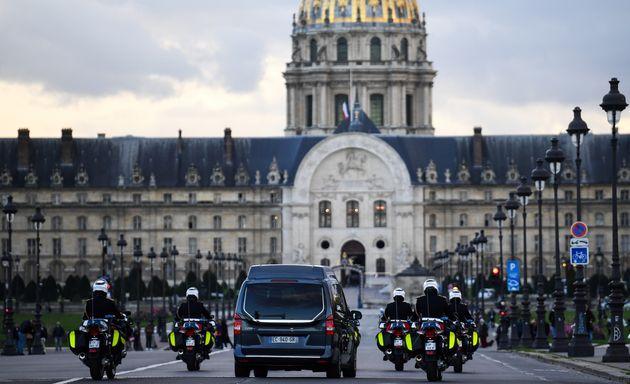 Les cercueils des 13 soldats morts au Mali traverseront le pont Alexandre III, ouvert au public, à 11h30...