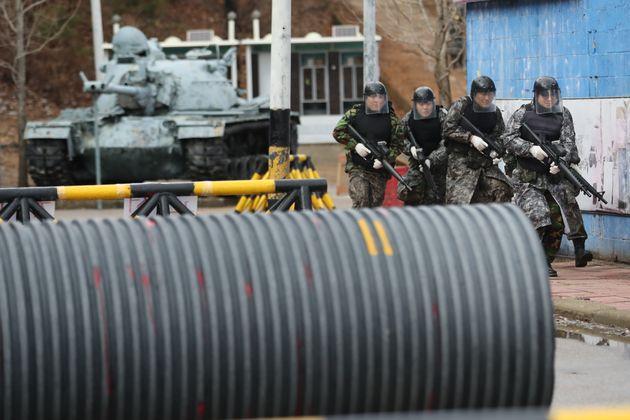 예비군들이 시가지 전투 훈련을 하는 모습.