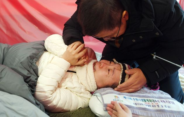 단식을 하다 쓰러져 병원으로 이송됐던 황교안 자유한국당 대표가 2일 단식 중인 정미경 의원과 신보라 의원이 있는 청와대 앞 천막을 방문, 두 의원을 위로하고