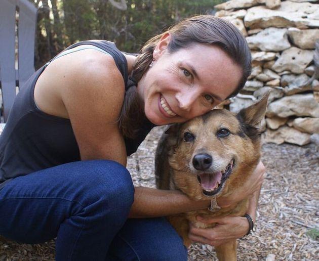 筆者のアシュリーと犬のカイエン