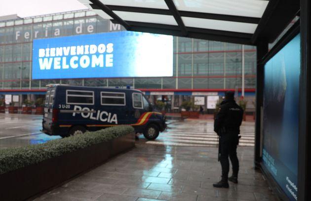 Un efectivo de la policía nacional y un vehículo policial que forma parte del dispositivo de seguridad...