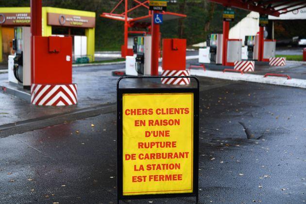 Depuis vendredi 29 novembre, des professionnels du BTP bloquent des dépôts pétroliers...