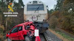 Un tren arrastra un coche con el conductor borracho en su interior en A