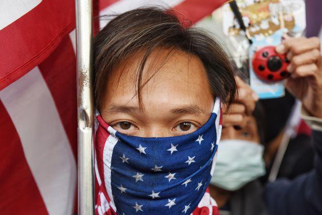 Manifestantes portan banderas estadounidenses durante una manifestación en Hong Kong,