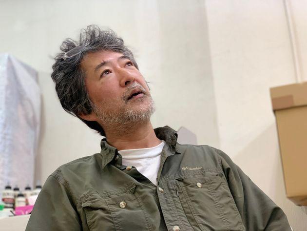 インタビューに応じる会田誠さん