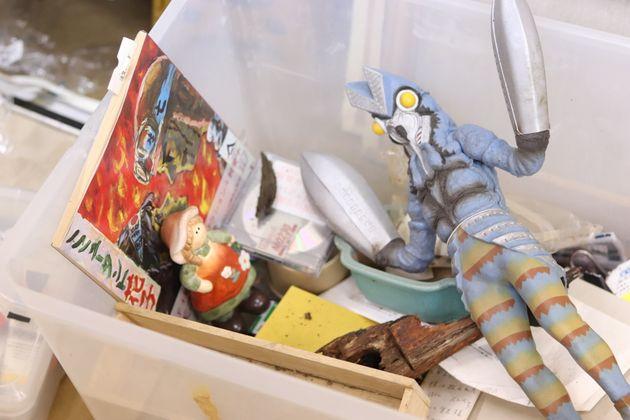 アトリエの片隅に置かれた箱には、会田さんの初期の作品「ミュータント花子」が入っていた。