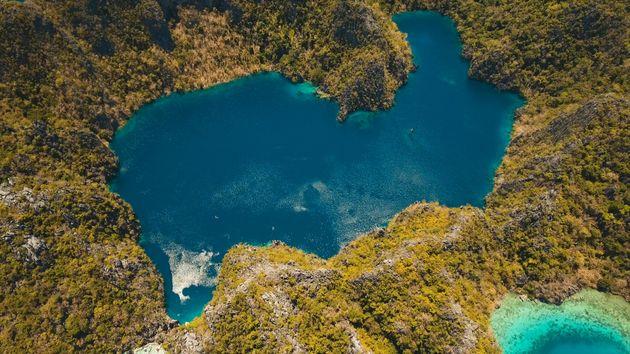 Δείτε πως είναι να βουτάς στα κρυστάλλινα νερά αυτής της λίμνης στις