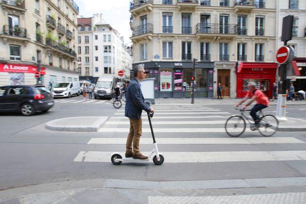 Une piste cyclable rue de Rivoli, à Paris, juin