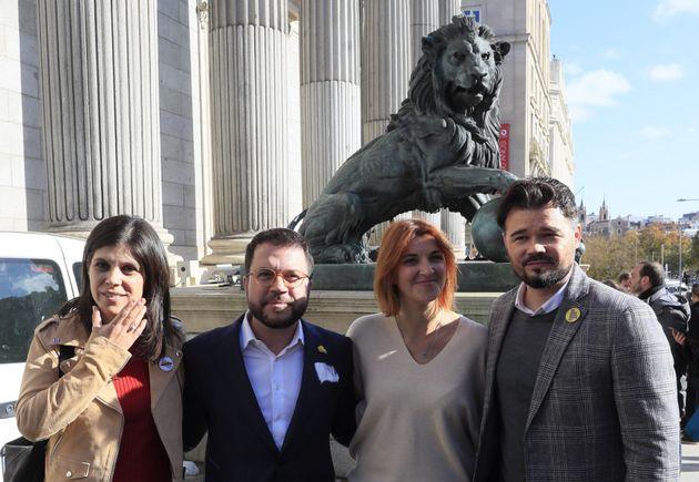 Los diputados de ERC, Marta Vilalta i Torres (i), Pere Aragonés (2i), Carolina Telechea (2d) y Gabriel...