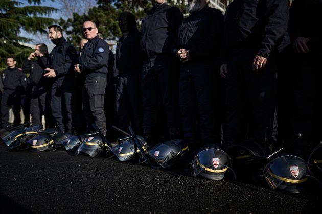 Une centaine de CRS du Val-de-Marne ont déposé symboliquement leur casque et leur matraque...