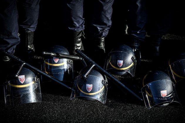 Les policiers ont déposé, de manière symbolique, leur équipement de maintien...