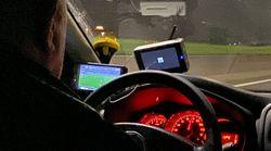 Il tassista va a 110 km/h mentre guarda la partita della Roma. La denuncia del giornalista di El