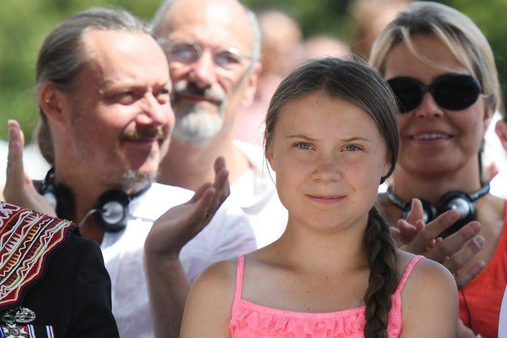 Greta Thunberg, junto a su padre, Svante Thunberg, y su madre, Malena Ernman.