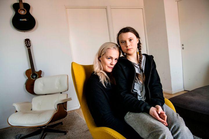 Greta Thunberg junto a su madre, Malena Ernman.