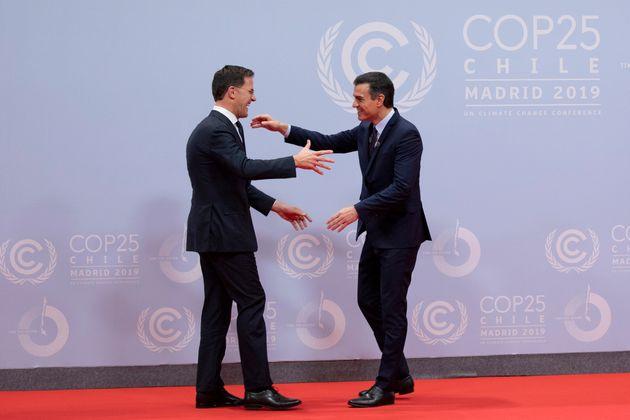 Pedro Sánchez (d) saluda al primer ministro de los Países Bajos, Mark Rutte, en la inauguración...