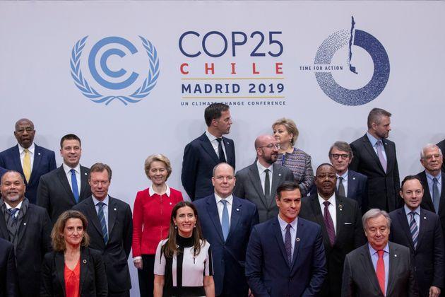 Foto de familia con Pedro Sánchez, la ministra chilena de medio ambiente y presidenta de la COP25,...