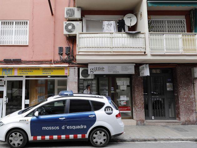 02/12/2019.- Un vehículo de los Mossos d'Esquadra ante el edificio en el que un hombre de 44 años...