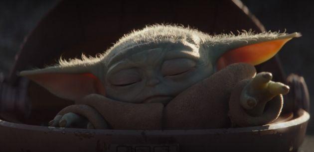Baby Yoda utilise le pouvoir de la Force pour venir en aide au