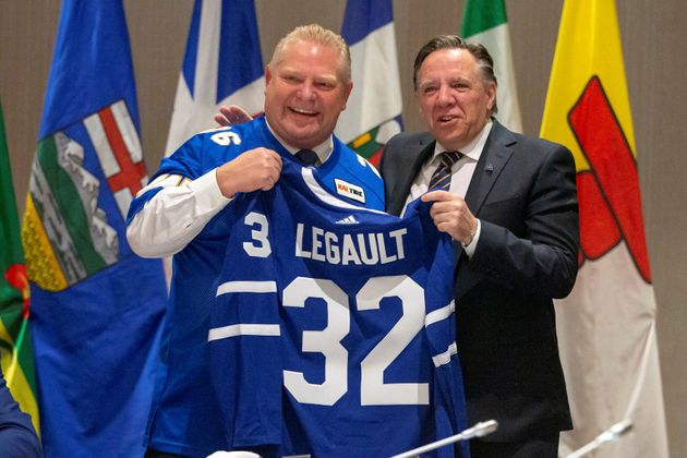 Doug Ford a remis un chandail des Maple Leafs de Toronto à tous les premiers ministres, dont François