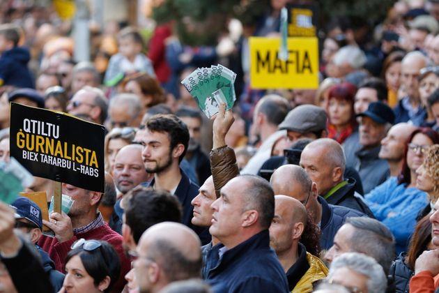 Numerosas personas protestan en La Valeta, Malta, el domingo 1 de diciembre de 2019. (AP