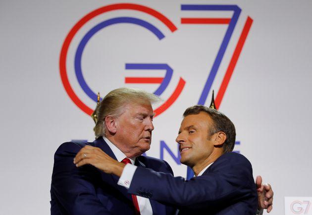 Emmanuel Macron y Donald Trump, en un abrazo un poco forzado, el pasado agosto en el G-7 de