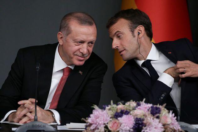 Emmanuel Macron conversa con Tayyip Erdogan tras una conferencia sobre Siria, el 27 de octubre de 2018,...