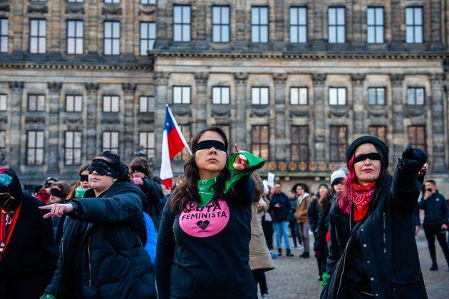 Comunidade de mulheres chilenas que vivem em Amsterdã, na Holanda, participaram de ato inspirado...