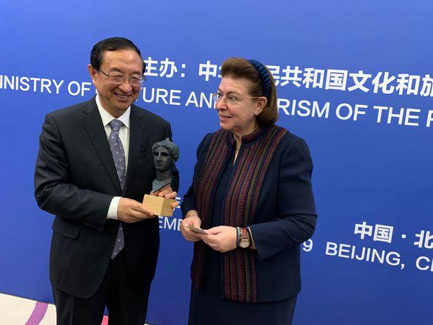 Ο υπουργός Πολιτισμού της Κίνας Luo Shugang στη συνάντηση του με την υπουργό Πολιτισμού και Αθλητισμού Λίνα Μενδώνη