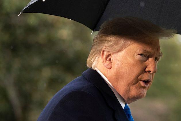 El presidente Donald Trump habla con los reporteros en los jardines de la Casa Blanca, el lunes 2 de...