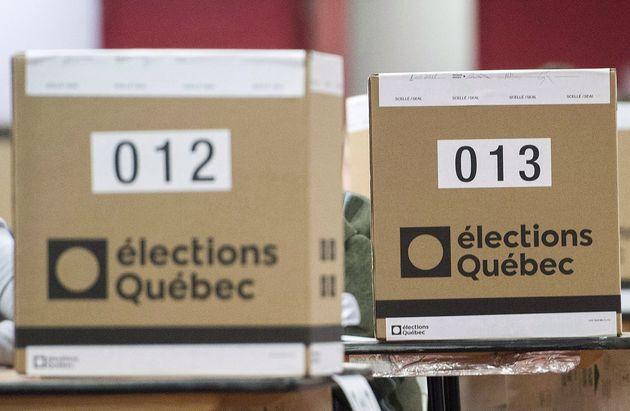 Des urnes dans un bureau de vote (photo