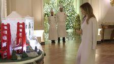 Melania Ατού είναι Λευκό Οίκο Χριστούγεννα Διακόσμηση Σε Σύγκριση με Μια Σκηνή Στο