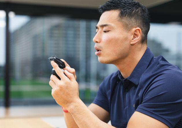 「ヒゲスタイラー」を、チームメイトにもおすすめしたいと話す山田選手。「今からこれ、チームの打ち合わせに持っていってもいいですか?(笑)」