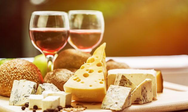 Απειλή ΗΠΑ σε Γαλλία για επιβολή δασμών έως και 100% σε κρασιά, τυριά, καλλυντικά και ό,τι άλλο