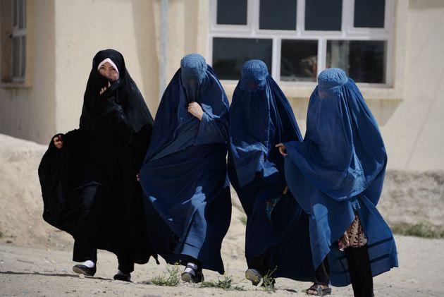 ブルカで全身を覆うアフガニスタンの女性たち。伝統的にアフガニスタンのパシュトゥン人が伝統的に着用していたが、旧支配勢力タリバンが着用を強制した。
