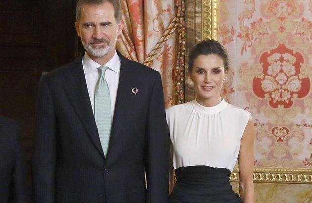 Los reyes Felipe VI (c) y Letizia