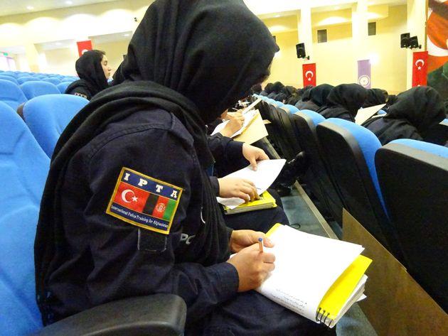 研修を受けるアフガニスタンの女性警察官