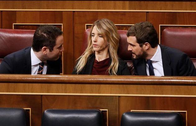 El líder del Partido Popular, Pablo Casado (d) conversa con la portavoz de su partido en el Congreso...