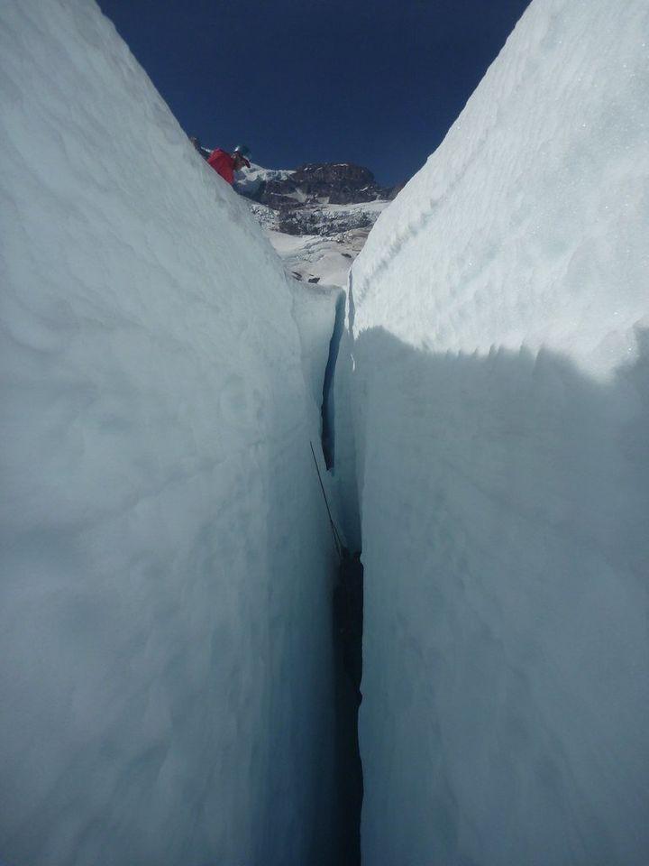 """Certaines hydrofractures, plus communément appelées """"crevasses"""", peuvent atteindre plusieurs kilomètres de profondeur sur la banquise polaire."""