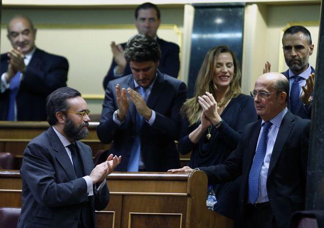 El diputado de Vox Antonio Gil Lázaro,d., es aplaudido por sus compañeros después de que Vox haya logrado...