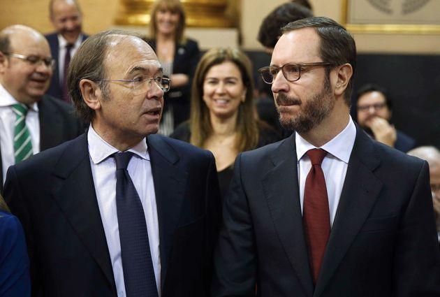 El vicepresidente segundo del Senado, Pío García-Escudero (i) y el senador Javier Maroto -ambos del PP-...