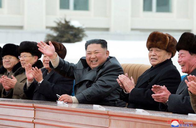 Kim Jong-Un inaugura, feliz, la nueva