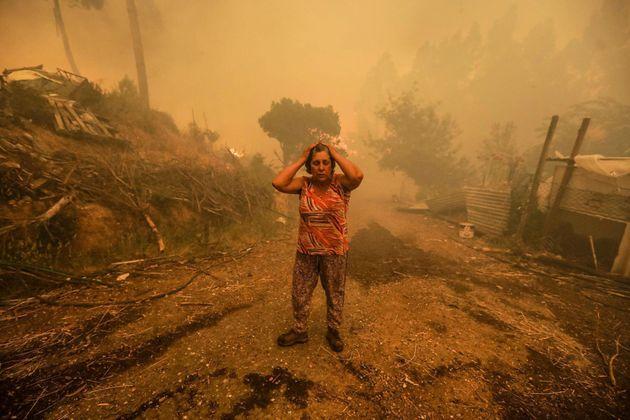 Una mujer se lamenta durante un incendio en Pampilhosa da Serra, Portugal, el 18 de junio del