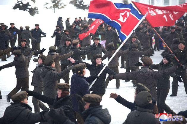 지난 2일 삼지연 시 준공 축하 현장에서 춤을 추는 북한