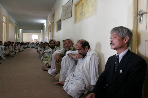 銃撃されたアフガニスタンで活動中の中村哲さん(右)