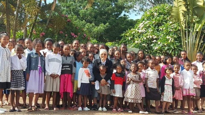 도움이신 마리아 기숙학교 아이들과 함께, 가운데 김기례 프란체스카 수녀