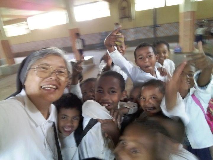 아이들과 사진을 찍는 (왼쪽) 김기례 수녀의 얼굴이 밝다