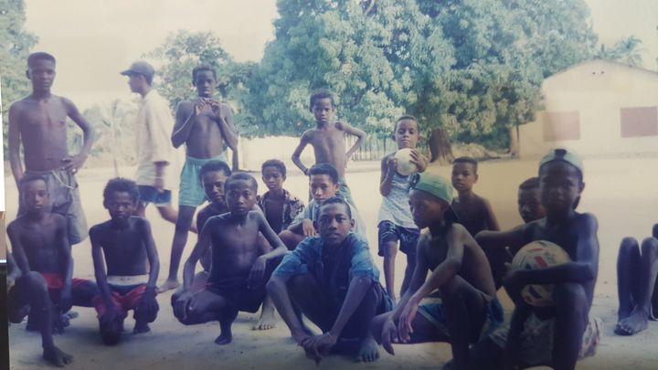 반바지에 칼 한 자루를 차고 다니는'마장가' 지역의 사카라바족 남자 아이들의 모습.